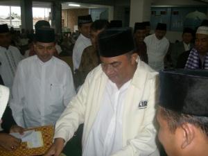 Gubsu, Syamsul Arifin, saat memberikan bigkisan kepada tokoh umat Islam di Kabupaten Karo. (KAROPress/AL Manjorang)