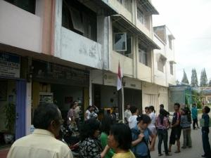 Pengunjung salah satu warnet di Kabanjahe berhamburan keluar saat merasakan getaran gempa yang berpusat di Pariaman, Sumatera Barat, Rabu (30/09/2009). (KAROPress/Adhif)