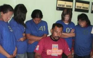 RS (kanan) dan keempat wanita yang diringkus Polres Karo saat berjudi. (KAROPress/AL Manjorang)