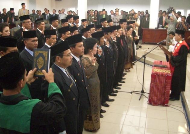 Ketua PN Kabanjahe, Bontor Aruan, melantik 33 dari 35 anggota DPRD Karo di Ruang Paripurna DPRD Karo Kabanjahe, Kamis (01/10/2009). (KAROPress/Adhif)