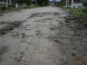 Kondisi jalan Pahlawan Kabanjahe sudah kupak-kapik. Padahal baru diaspal swkitar seminggu yang lalu. (KAROPress/adhif)