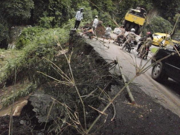 Bagian jalan Kiras Bangun yang longsor akibat diterpa hujan deras. (KAROPress/adhif)