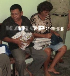 Kedua tersangka saat diperiksa polisi di Mapolres Karo. (KAROPress/Adhif)