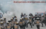 BENTROK : Seribuan massa bentrok dengan aparat kepolisian di jalan Jamin Ginting, persisnya di depan Hotel Green garden Berastagi. (KAROPress/Adhif)