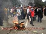 BAKAR : Pengunjuk rasa membakar ban pada badan jalan Jamin Ginting, persisnya di depan Hotel Green Garden Berastagi. (KAROPress/Adhif)