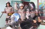 BRUTAL : Polisi memukuli demonstran secara brutal. (KAROPress/Adhif)