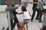 TELANJANG : Seorang demonstran puns ampai ditelanjangi. (KAROPress/Adhif)