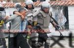Polisi mengamankan salah seorang pengunjuk rasa. (KAROPress/Adhif)