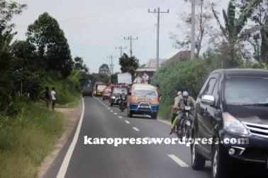 WARGA mengungsi ketika Gunung Sinabung meletus. (KaroNews/Adhif)