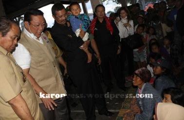 MENKOKESRA Agung Laksono dan Wagubsu Tengku Erry Nuradi menyapa pengungsi di jambur Sempakata Kabanjahe. (KaroNews/Adhif)