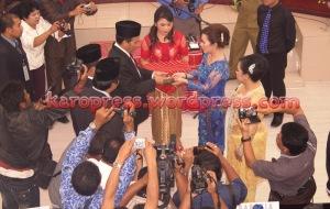 Ketua DPRD Karo 2009-2014 Effendy Sinukaban menyerahkan Palu Sidang kepada Ketua Sementara, Nora Else. (KaroPress/Adhif)